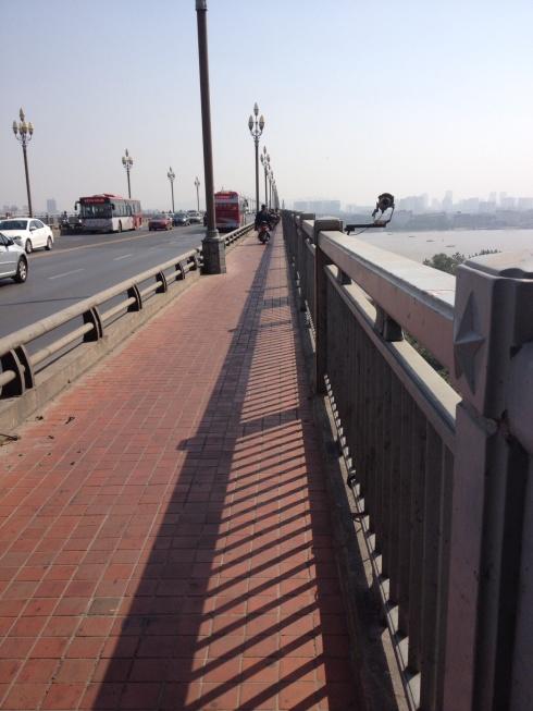 La piste cyclable sur le pont après le traffic de scooters