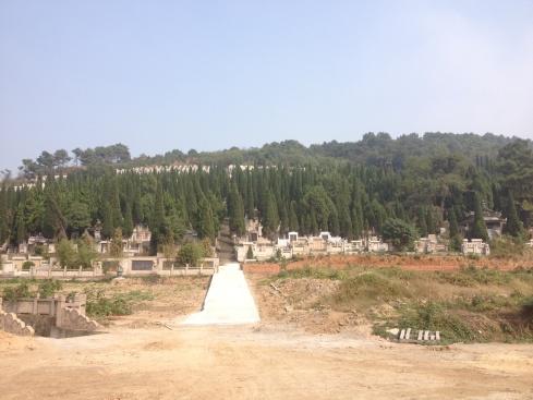 Des dizaines de pierres tombales (enfin je pense) sur de petites montagnes non loin de Changzhou