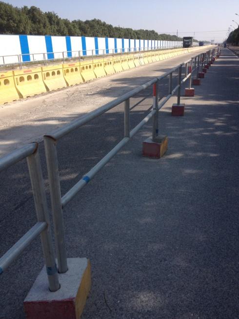 Parfois la bande cyclable est en meilleur état que la route!